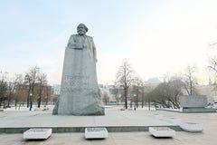 Monumento a Karl Marx en centro de ciudad de Moscú en invierno Foto de archivo
