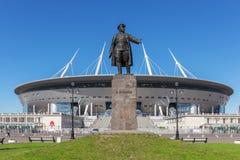 Monumento a Kirov prima di nuovo ` dell'arena di St Petersburg del ` di calcio a St Petersburg fotografia stock libera da diritti