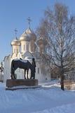 Monumento Konstantin Nikolaevich Batyushkov contra el contexto de St Sophia Cathedral en la ciudad de Vologda Imagen de archivo libre de regalías