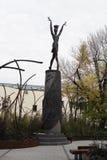 Monumento a la bailarina Maya Plisetskaya en el centro de Moscú La inscripción en el pedestal en ruso fotos de archivo libres de regalías