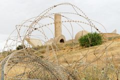 Monumento a la brigada de Negev en la cerveza Sheva, Israel, visto a través el alambre de púas Foto de archivo libre de regalías