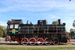 Monumento a la locomotora en la ciudad de Slonim en Bielorrusia fotos de archivo libres de regalías