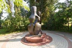 Monumento la muchacha con un contrabajo Fotografía de archivo