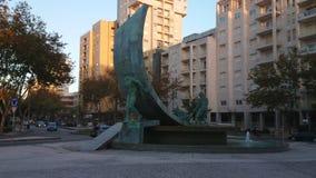 Monumento a la tauromaquia con la estatua de bronce del toro y de matador, sobre una fuente de agua fuera de la arena de la tauro almacen de video