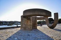 Monumento a la tolerancia y puente de Triana en Sevilla, España Fotos de archivo