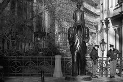 Monumento a las novelas de Franz Kafka, guardadas por dos oficiales de policía imagenes de archivo