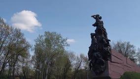 Monumento a las víctimas de la guerra en el barranco Babiy Yar en la capital de Ucrania almacen de metraje de vídeo