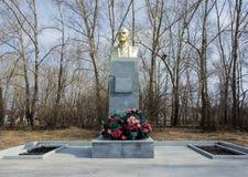 Monumento a Lenin contra la perspectiva de árboles en la primavera Imagen de archivo