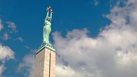 Monumento letão e nuvens da liberdade que deslizam sobre ele video estoque
