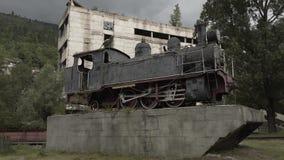 Monumento locomotivo d'annata del treno in Georgia vicino alla strada archivi video