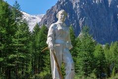 Monumento, a los alpinismos muertos en AKTRU fotos de archivo libres de regalías
