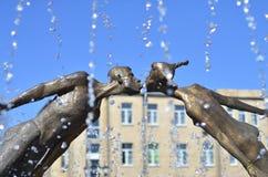 Monumento a los amantes en Kharkov, Ucrania - es un arco formado por el vuelo, las figuras frágiles de un hombre joven y una much foto de archivo libre de regalías