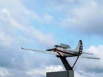 Monumento a los deportes soviéticos y a los aviones de entrenamiento - los aviones Yak-52 acepillan en el parque Tanai en Novosib foto de archivo