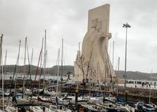 Monumento a los descubrimientos y los barcos en Lisboa, Portugal foto de archivo