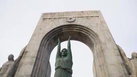 Monumento a los héroes del ejército del Oriente existencias Vire a du hacia el lado de babor valon des Affes en el mar Mediterrán almacen de video