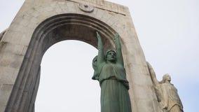 Monumento a los héroes del ejército del Oriente existencias Vire a du hacia el lado de babor valon des Affes en el mar Mediterrán almacen de metraje de vídeo