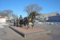 Monumento a los primeros colonos en Birobiyán, Rusia, el Extremo Oriente imagenes de archivo