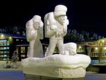 Monumento a los primeros colonos en Lycksele en la noche del invierno, Swed imagenes de archivo
