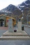 Monumento a los trabajadores de construcción del ferrocarril de Flam en Noruega foto de archivo