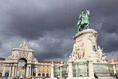 Monumento a Manuel mim no quadrado do palácio em Lisboa foto de stock royalty free