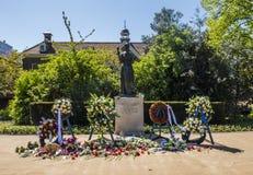 Monumento memorável com grinaldas florais Fotos de Stock Royalty Free