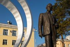 Monumento a Mikhail Reshetnev cerca de construir los sistemas de satélites de la información de JSC Foto de archivo