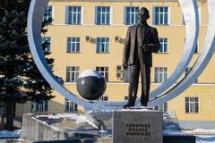 Monumento a Mikhail Reshetnev perto de construir sistemas do satélite da informação de JSC Fotografia de Stock Royalty Free