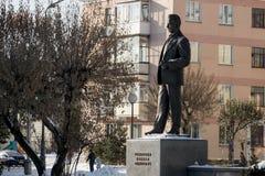 Monumento a Mikhail Reshetnev perto de construir sistemas do satélite da informação de JSC Foto de Stock