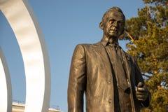 Monumento a Mikhail Reshetnev perto de construir sistemas do satélite da informação de JSC Fotos de Stock Royalty Free