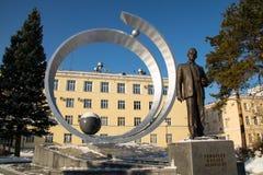 Monumento a Mikhail Reshetnev perto de construir sistemas do satélite da informação de JSC Fotografia de Stock