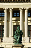 Monumento na frente da biblioteca pública em Poznan Fotografia de Stock