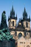 Monumento na frente de St Mary Church em Praga fotografia de stock royalty free