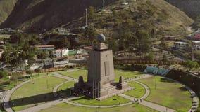 Monumento na linha do equador perto de Quito, San Antonio video estoque