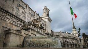 Monumento nacional con la bandera italiana - Vittoriano, los símbolos patrióticos italianos en la ciudad de Roma almacen de video