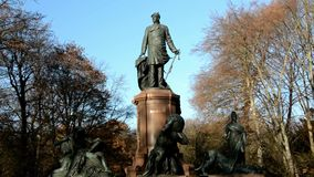 Monumento nacional de Bismarck en su actual ubicación en la popa de Grosse en Berlin Tiergarten 2016, Alemania almacen de metraje de vídeo