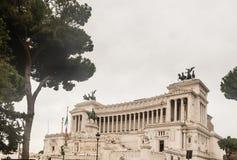 Monumento nacional dedicado a Victor Emmanuel II Indicadores velhos bonitos em Roma (Italy) Imagens de Stock
