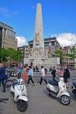 Monumento nacional en cuadrado de la presa con las motocicletas y la muchedumbre pesada Fotos de archivo