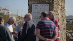Monumento nel Cabo da Roca, il punto occidentale di Europa - il Portogallo settembre 2015, gruppo di turisti anziani stock footage