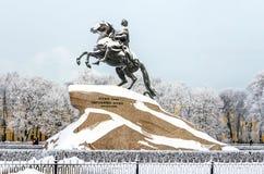 Monumento nevado a Peter a grande, Catherine II imagem de stock royalty free