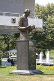 Monumento a Nicolas Tesla em Belgrado perto da construção da biblioteca nacional da Sérvia Foto de Stock