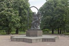 Monumento a Nizami Ganjavi na avenida de Kamennoostrovsky em St Petersburg imagem de stock royalty free