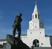Monumento no fundo do Kremlin de Kazan fotografia de stock