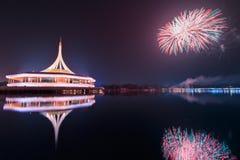 Monumento no parque do rei Rama IX com fundo do fogo de artifício imagens de stock