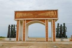 Monumento o monumento del tiempo comercial auxiliar en la costa de Benin Imágenes de archivo libres de regalías