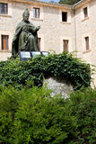 Monumento a obispo Pere-Joan Campins en el patio enclaustrado de Santuario de lluc Monastery Fotos de archivo libres de regalías