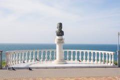 Monumento in onore del medico onorato della Russia Vladimir N Avanesov, insieme sull'alta banca di Th Fotografie Stock