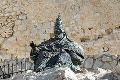 Monumento a Papa Luna, fuera del castillo de Peniscola Imagenes de archivo