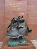 Monumento para amar cães em Krasnodar na interseção da rua e do vermelho da paz Foto de Stock Royalty Free