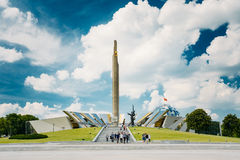 Monumento perto de construir o museu Belorussian do grande patriótico Fotos de Stock