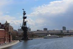 Monumento a Peter il primo sul fiume di Mosca a Mosca Fotografia Stock Libera da Diritti